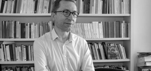 Portrait de William Marx dans son bureau au Collège de France, 2020